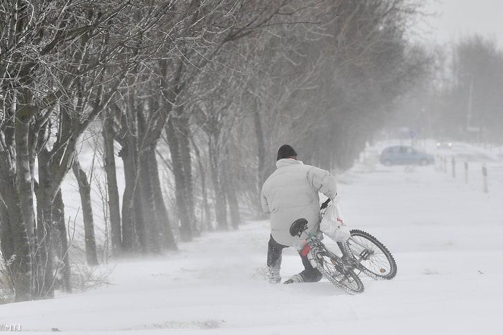 Többfelé szakad a hó, hófúvást okozhat a szél! 10