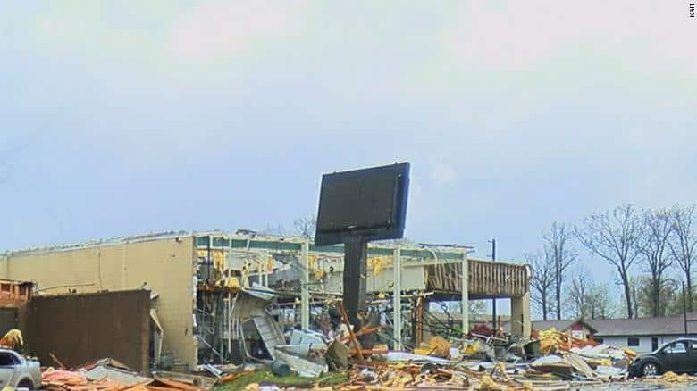 A tornádó szinte teljesen elpusztította a bevásárlóközpontot.