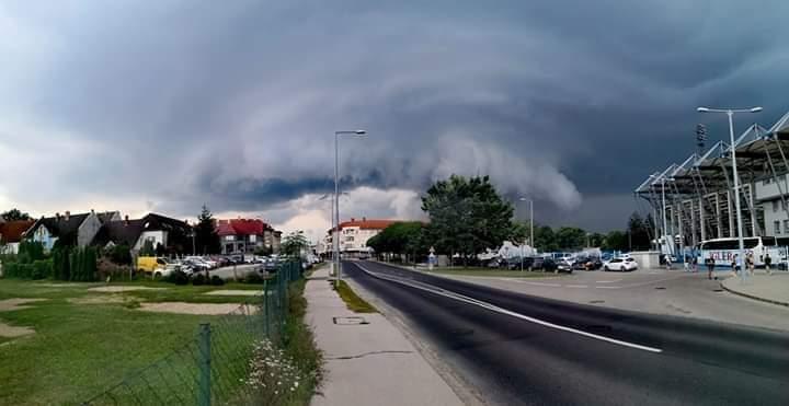 Rémisztő felhővel és jéggel érkezett a szupercella!(Videó)