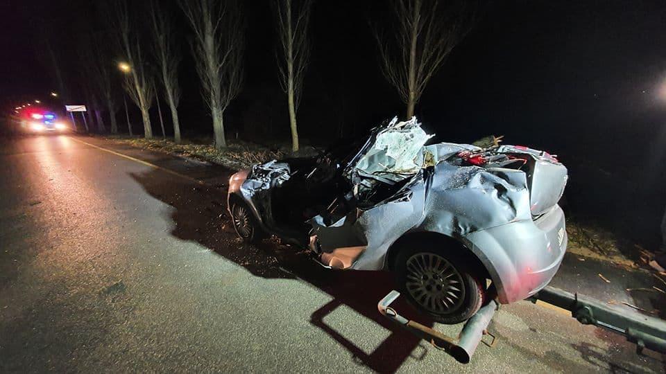 Szörnyethalt egy férfi mikor autójára döntötte a szélvihar a fát!