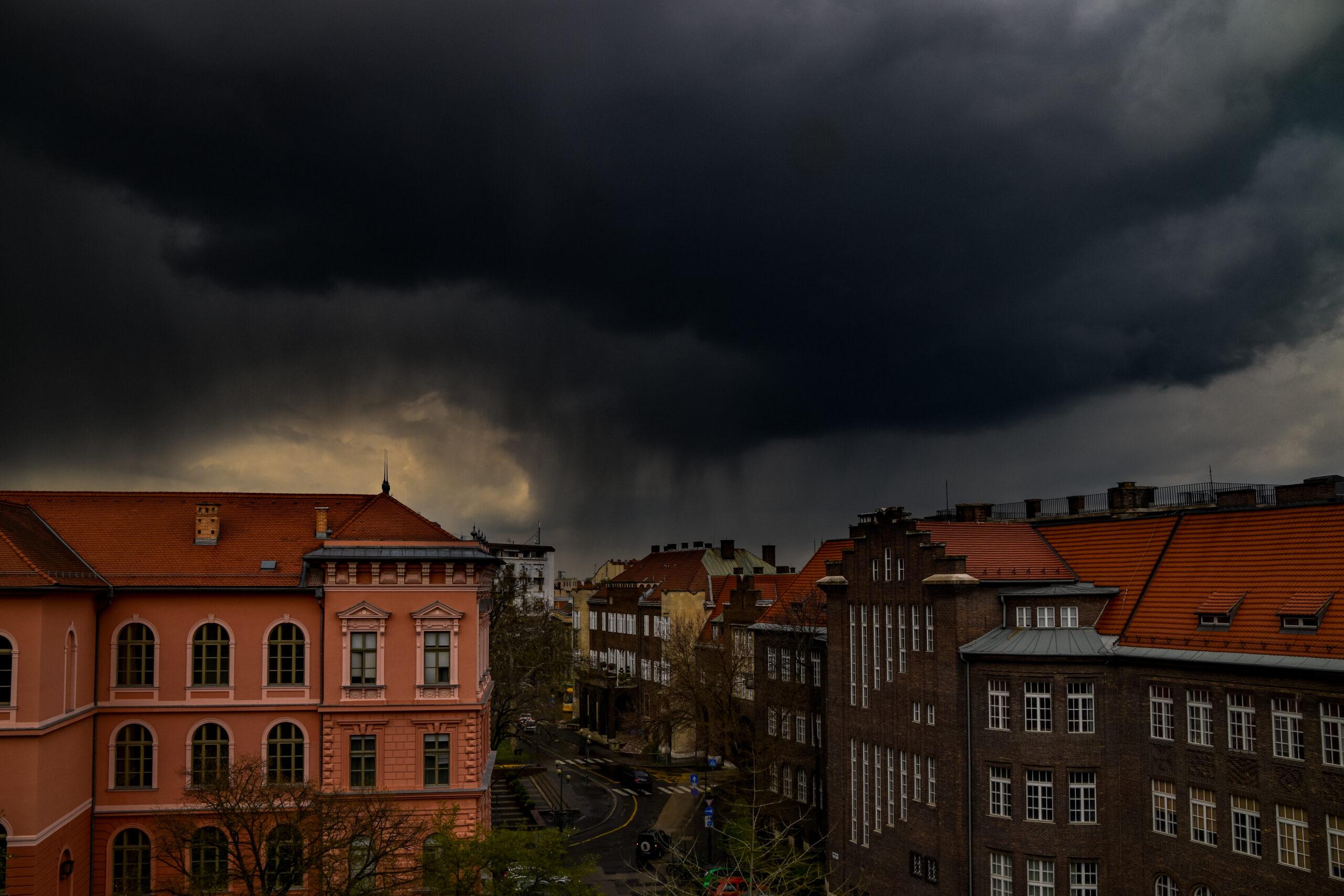 Északnyugat felől zivatarok érkeznek: felhőszakadás intenzitású esővel! 1