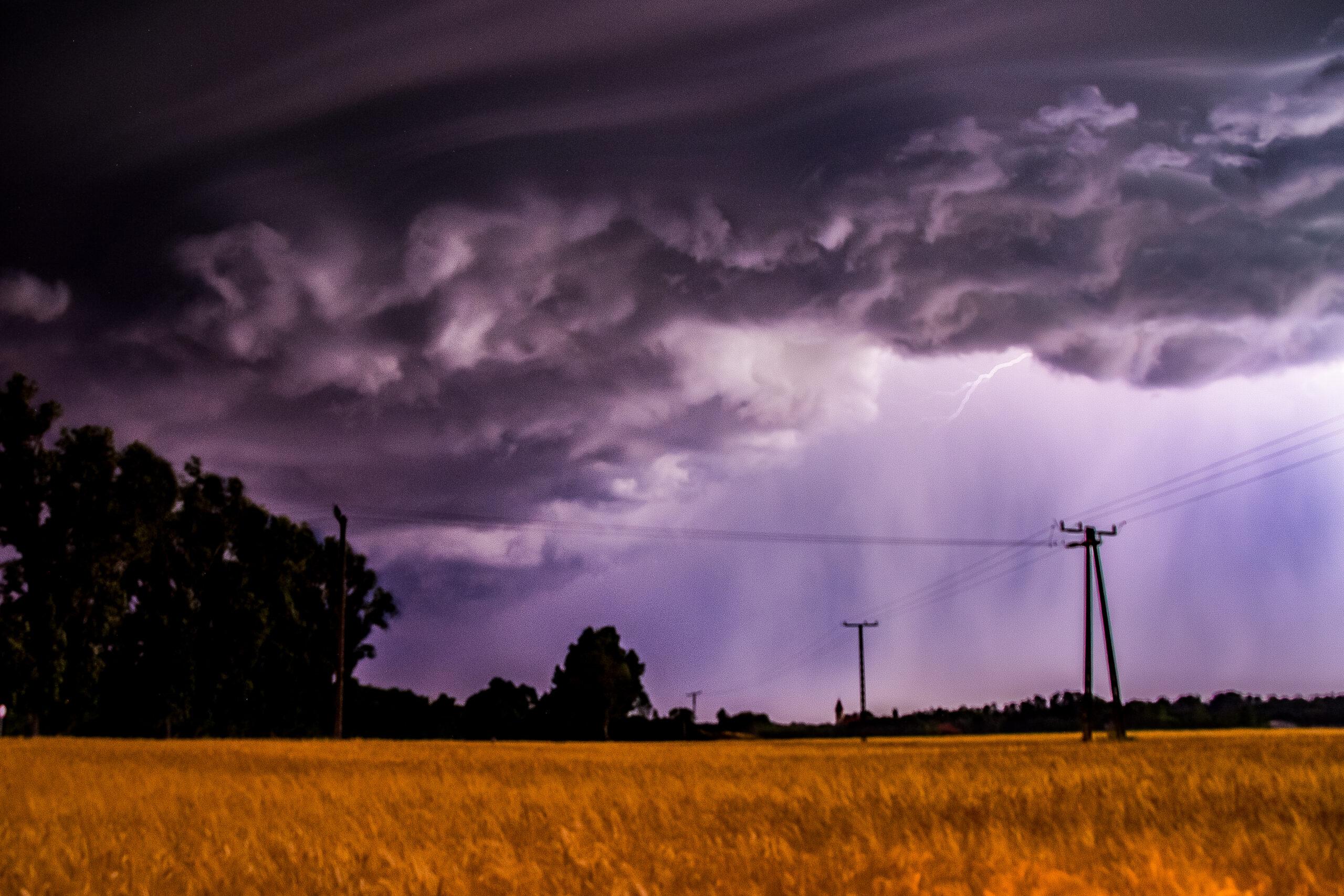 Zivataros reggel jöhet: felhőszakadás, viharos szél! 6