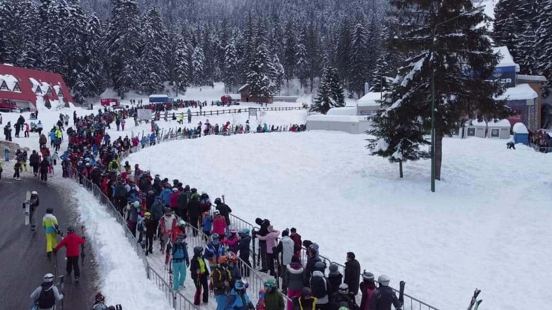 Ezrek tolongtak ma a sípályán Romániában! 2