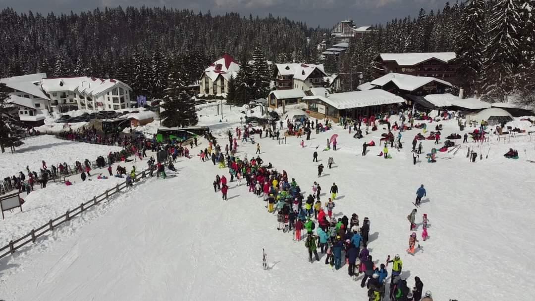 Ezrek tolongtak ma a sípályán Romániában! 4
