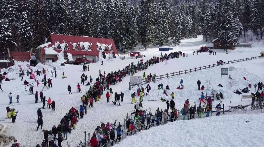 Ezrek tolongtak ma a sípályán Romániában! 5