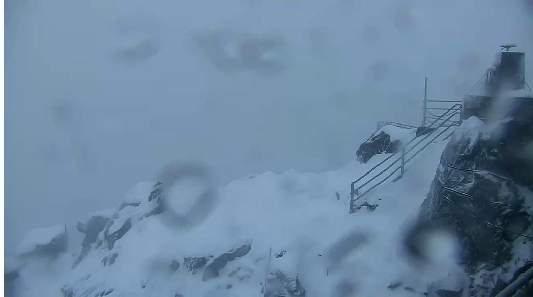 Ömlik a hó a Lomnici-csúcson! (Élő videó) 1