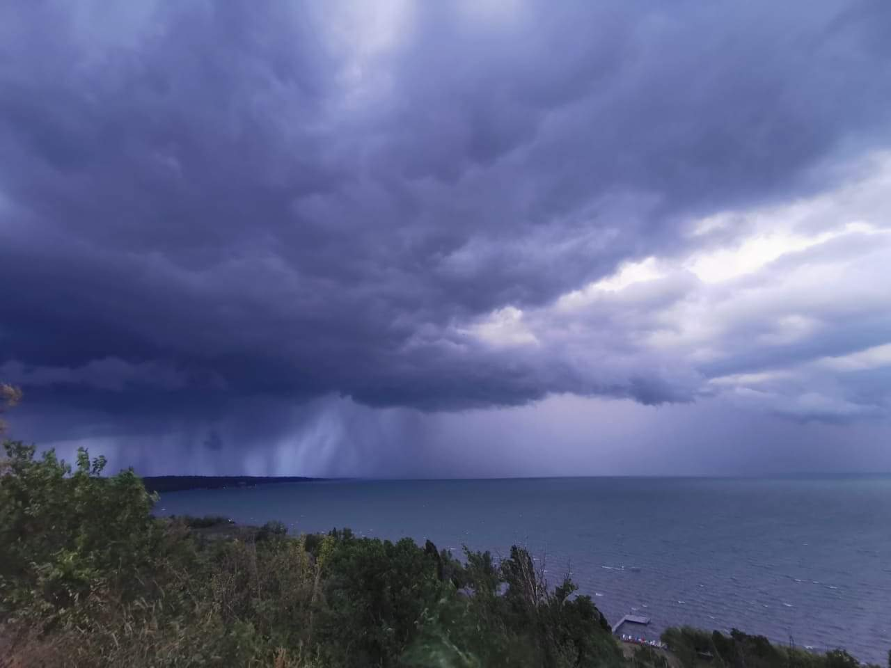 Heves zivatarrendszer a Balatonon: özönvíz, szélvihar! 4