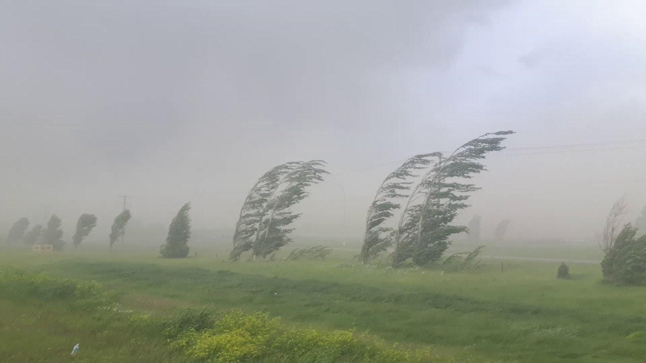 Sándor, József, Benedek: változékony folytatás, gyakori esőkkel, erős széllel. 1